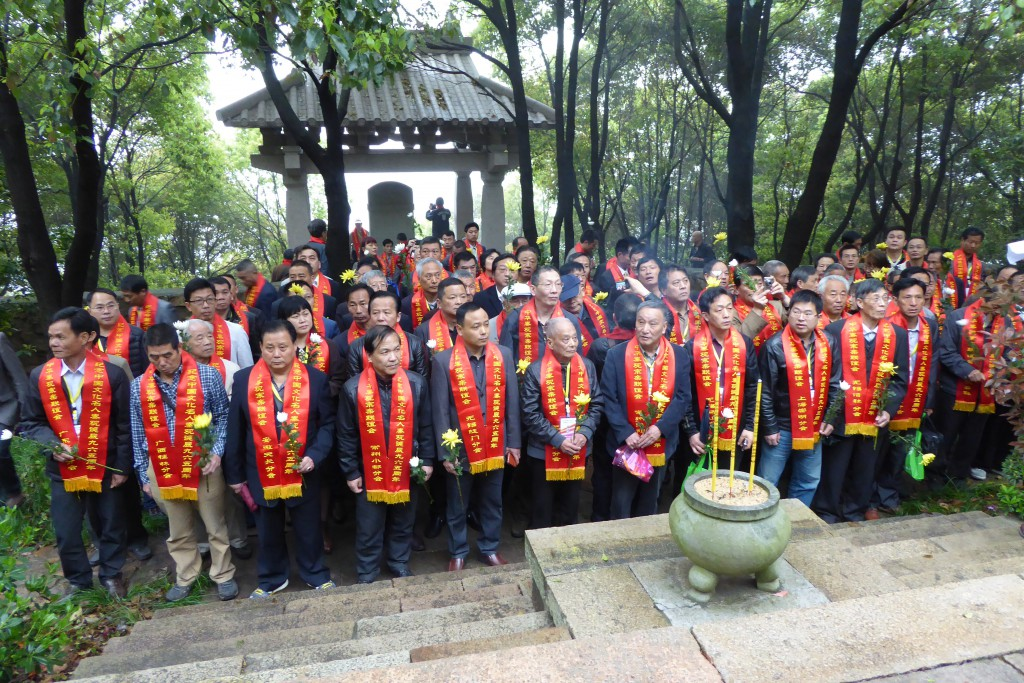 Qin family members honouring their ancestors on tomb sweeping day in Wuxi